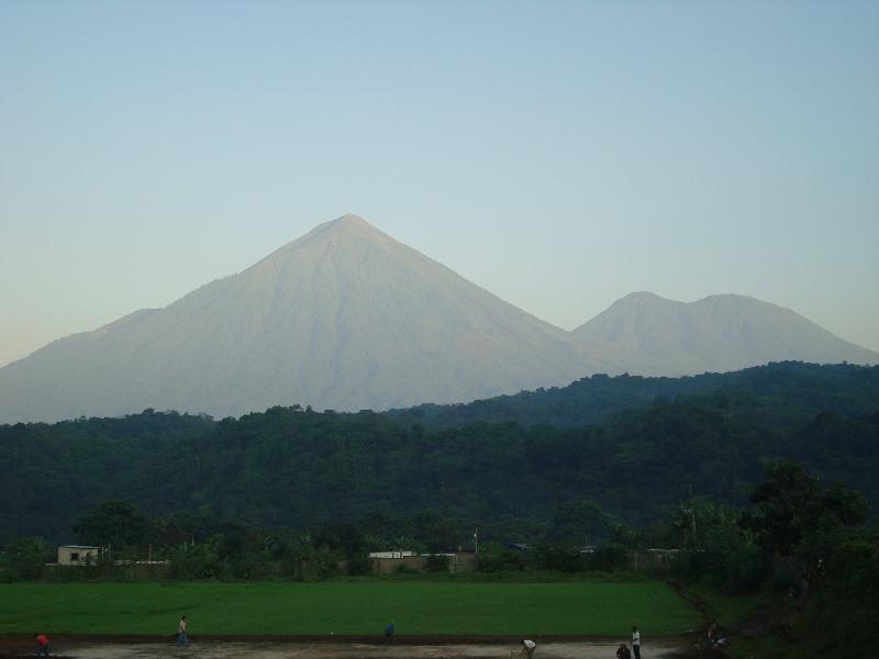 Amanecer en Pochuta, ante los volcanes Atitlan y Toliman.