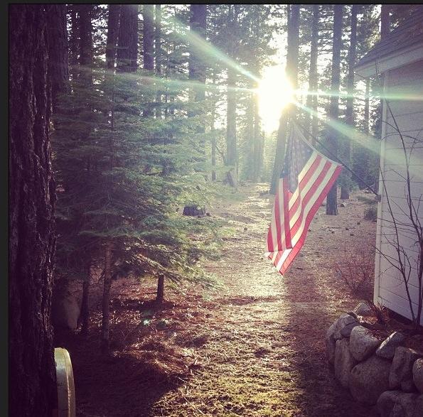 amanecer entre la montaña