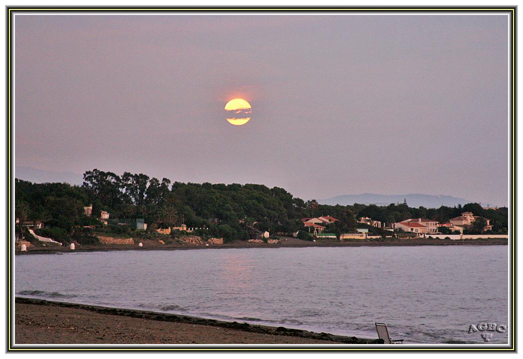 Amanecer lunar. Estepona (Malaga)