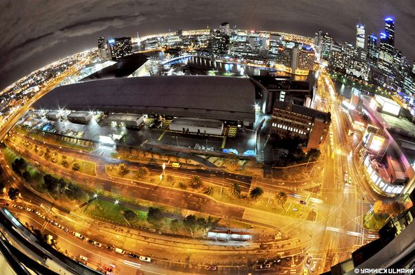 Amazing view over Melbourne by night !