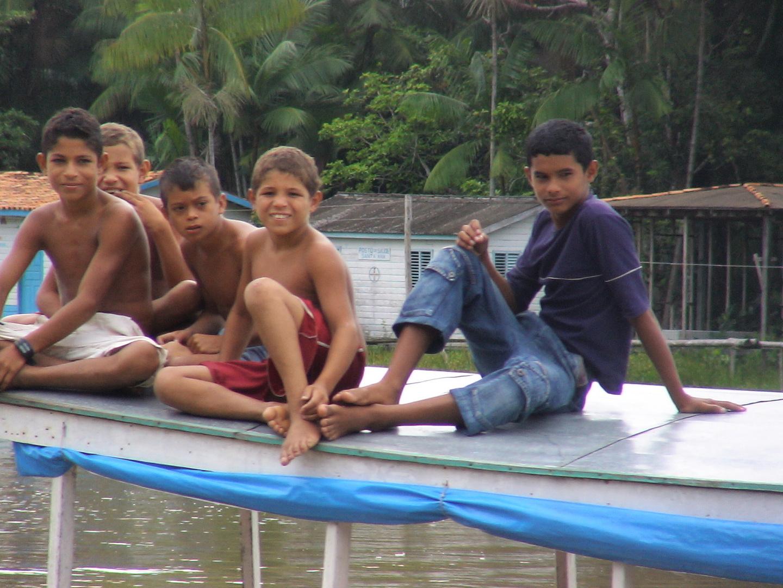 Amazonas Kinder am Fluss
