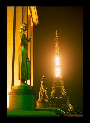 Ambiance nocturne autour de la Tour Eiffel, février 1989