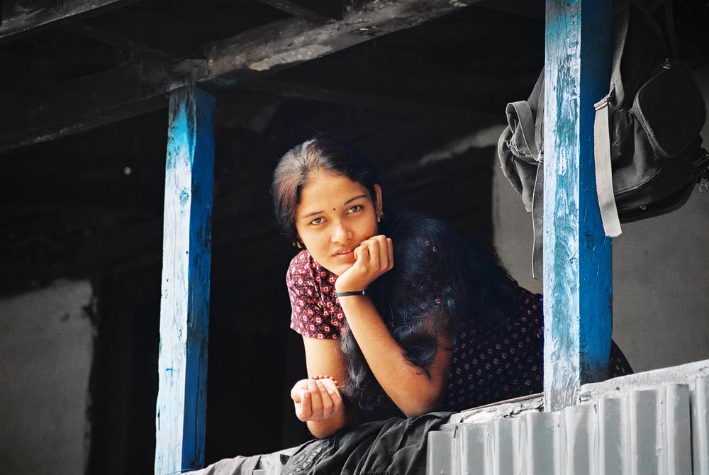 AMSARA jeune fille à son balcon Gyalthum NEPAL