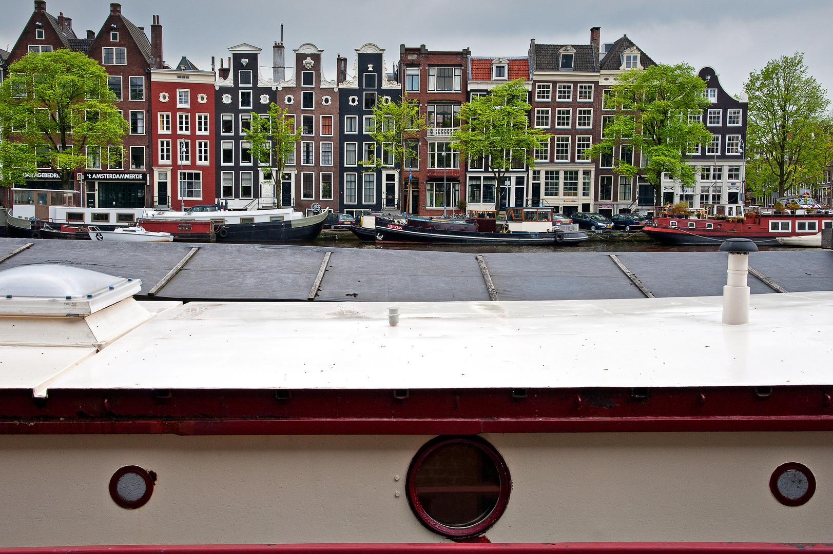 Amsterdam, Hausboot im Vordergrund