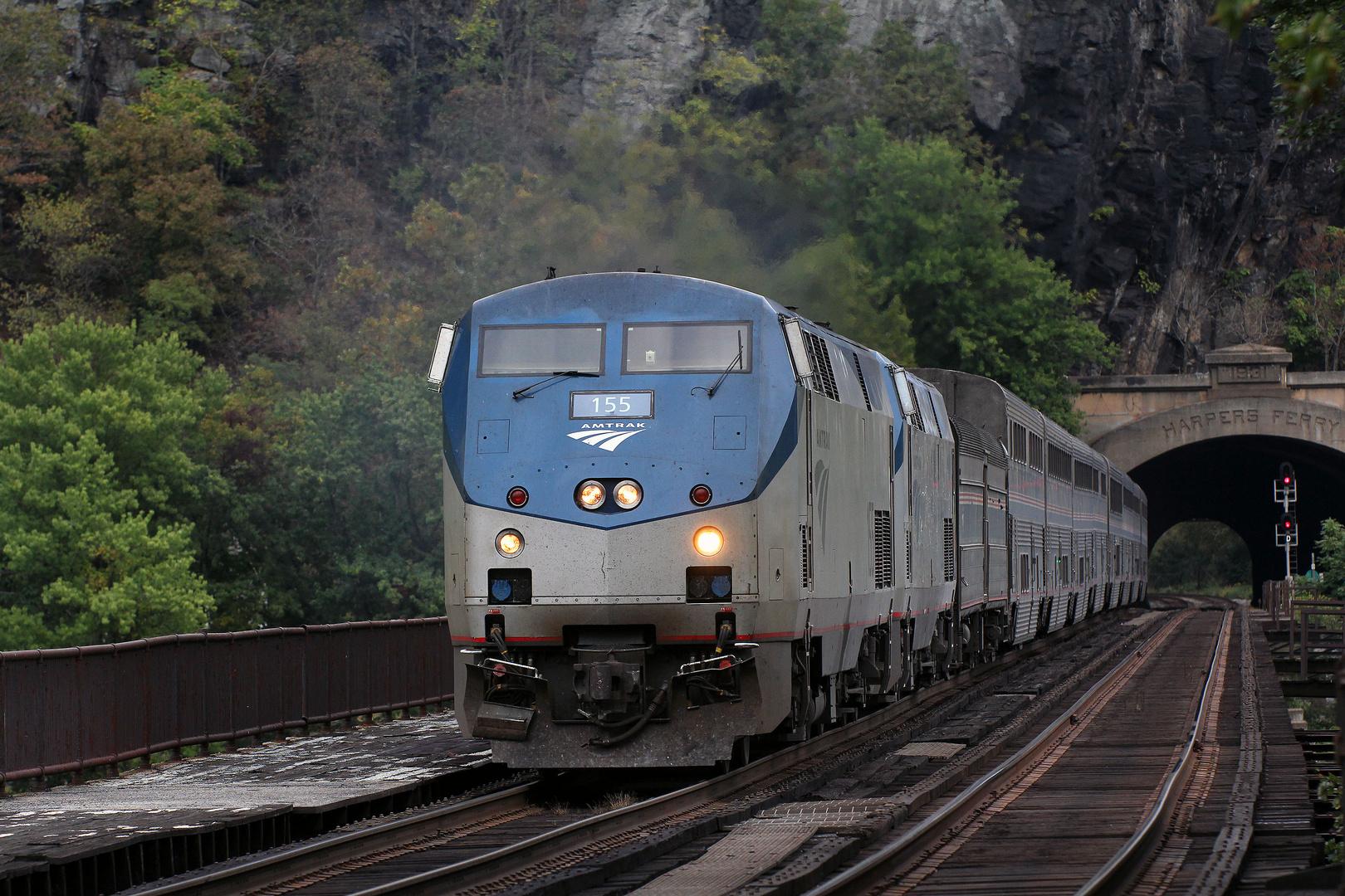 AMTRAK P42 Genesis AMTK#155 fährt in den Bahnhof von Harpers Ferry ein, West Virginia,USA