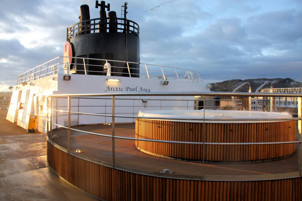 An Deck der MS Trollfjord im hafen von Trondheim