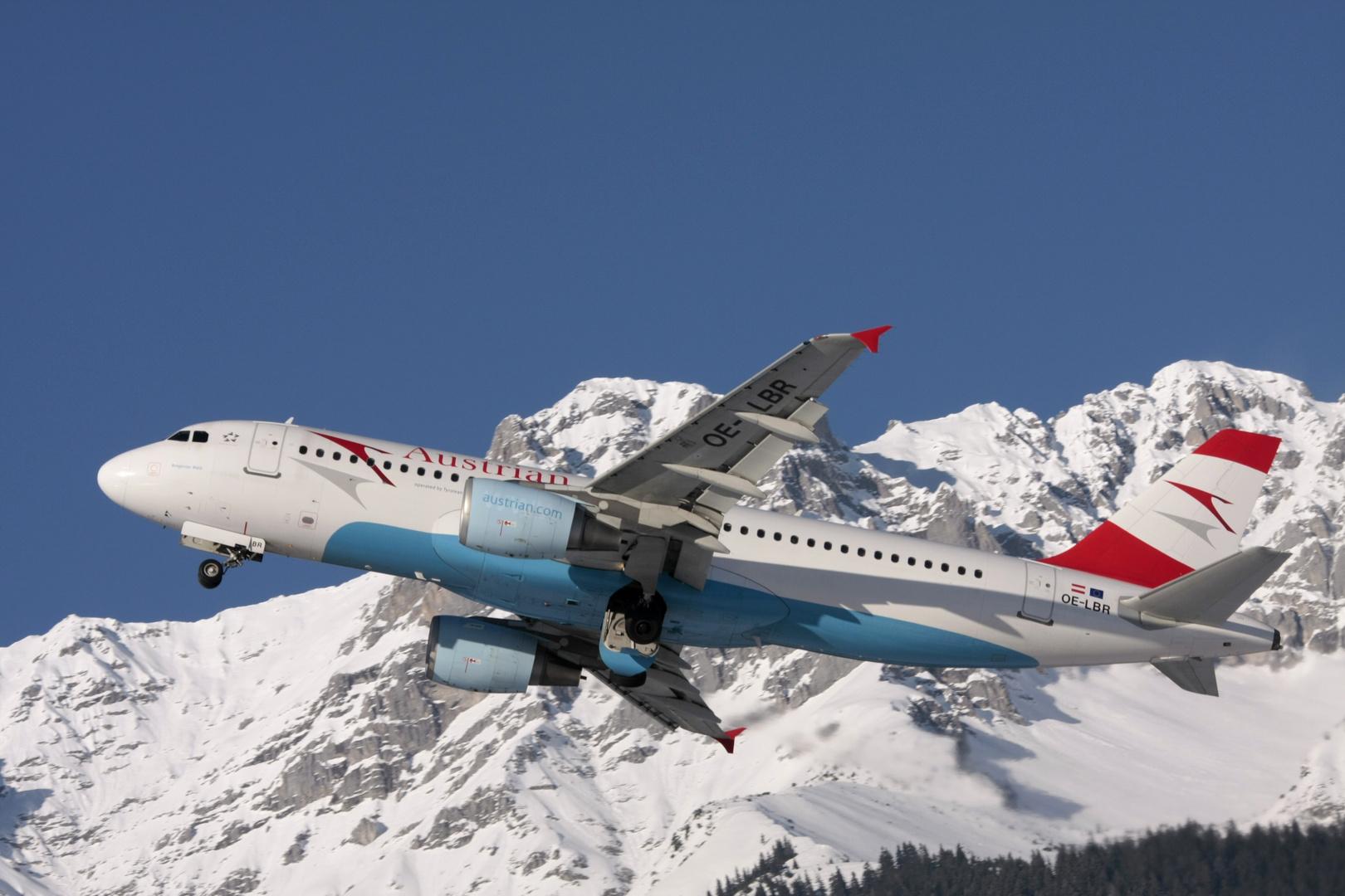 An den verschneiten Bergen von Tirol vorbei