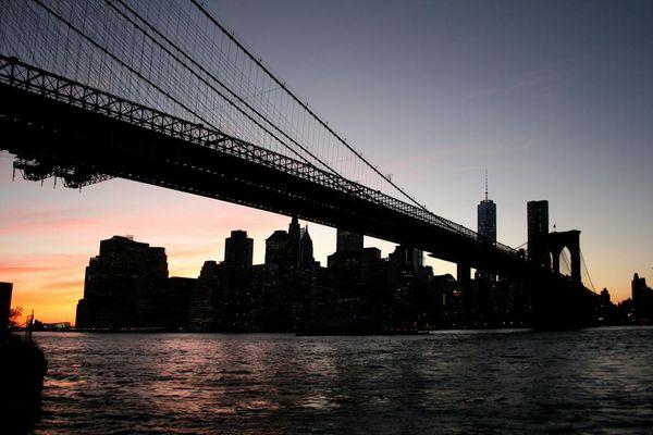 an der Brooklyn Bridge mit Blick auf die Skyline von Manhattan (at dawn)