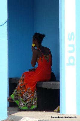 an der Bushaltestelle in Tamarin, Mauritius