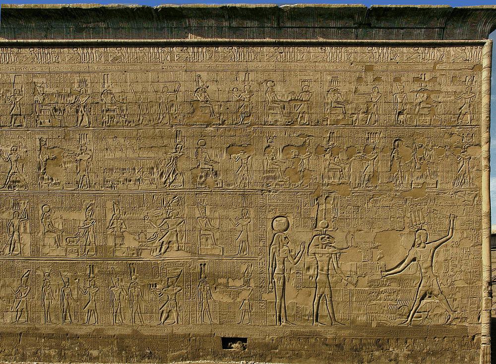 An der gut erhaltenen südlichen Tempelaußenwand von Esna gibt es viel zu sehen…