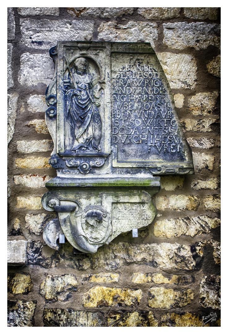 An der Kirchenmauer