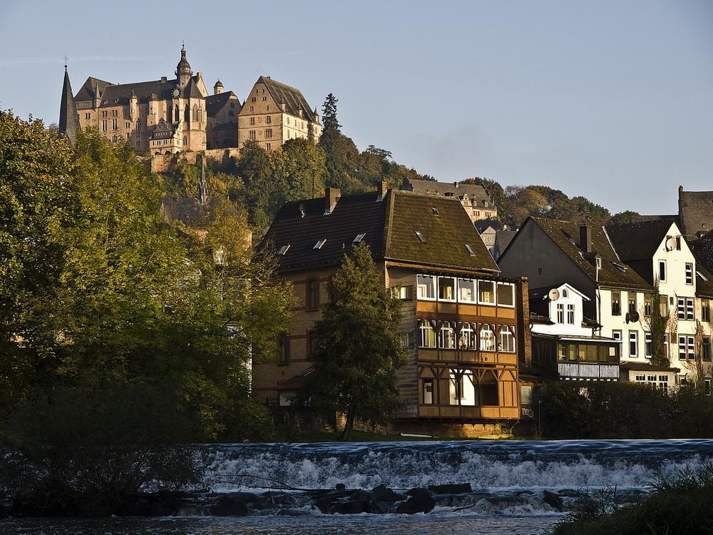 An der Lahn mit Blick auf die Marburg