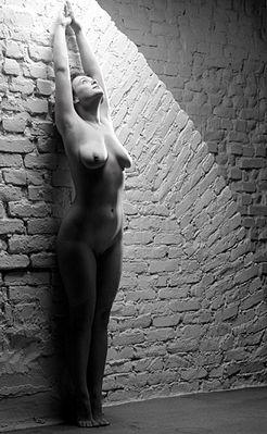 An der Wand................. stehen.