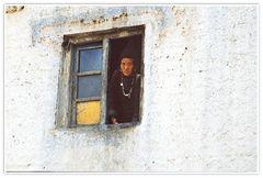 An einem Fenster in Lamayuru