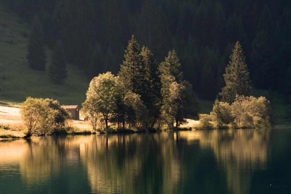 An einem wunderschönen Bergsee in Österreich
