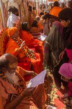 Anbetung von Gurus auf der Kumbh Mela 2013