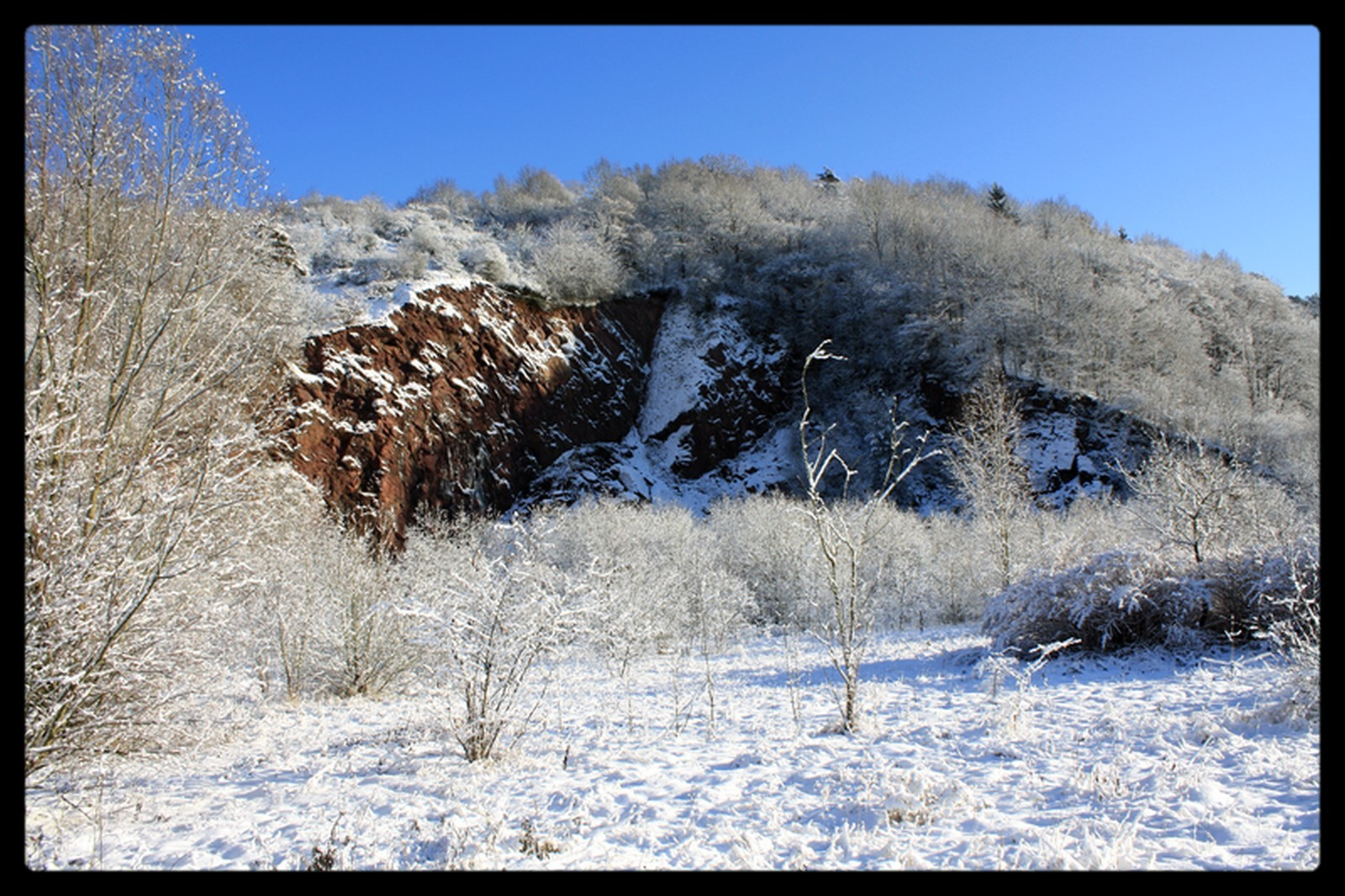 ancienne carriere sous le soleil et la neige