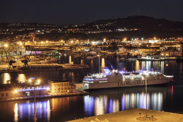 Ancona Hafen in der Nacht