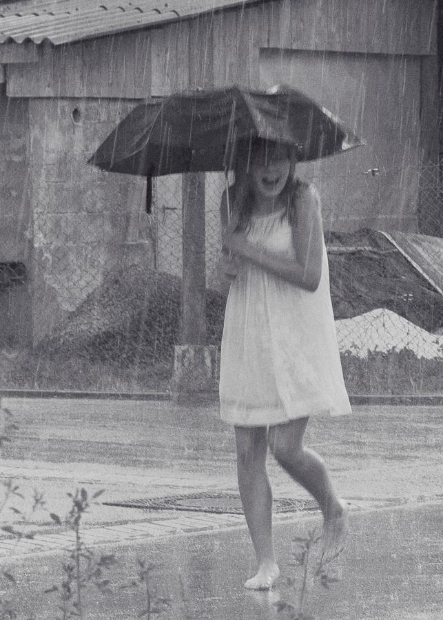 angeschlagener regenschirm