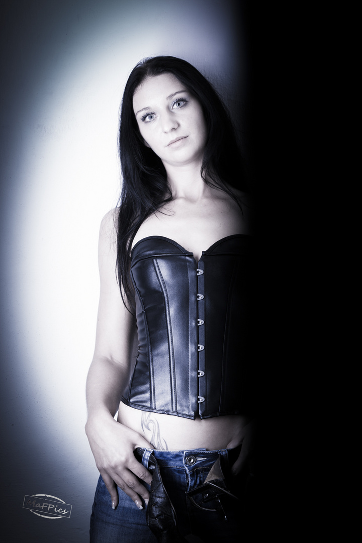 Angie in Leder
