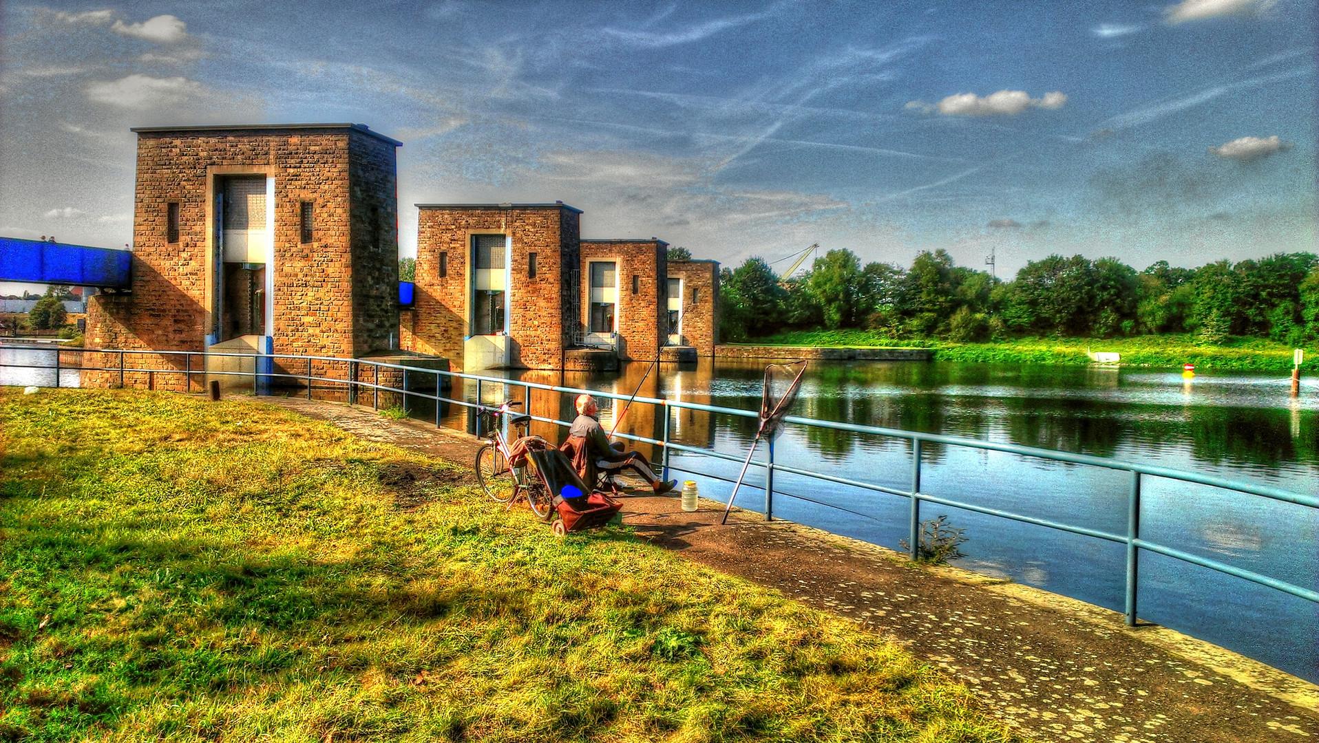 Angler am Stauwehr in Duisburg-Kaßlerfeld