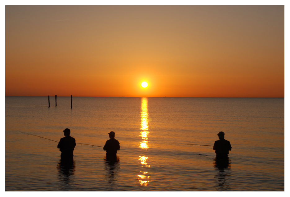 Angler in der Ostsee bei Sonnenuntergang