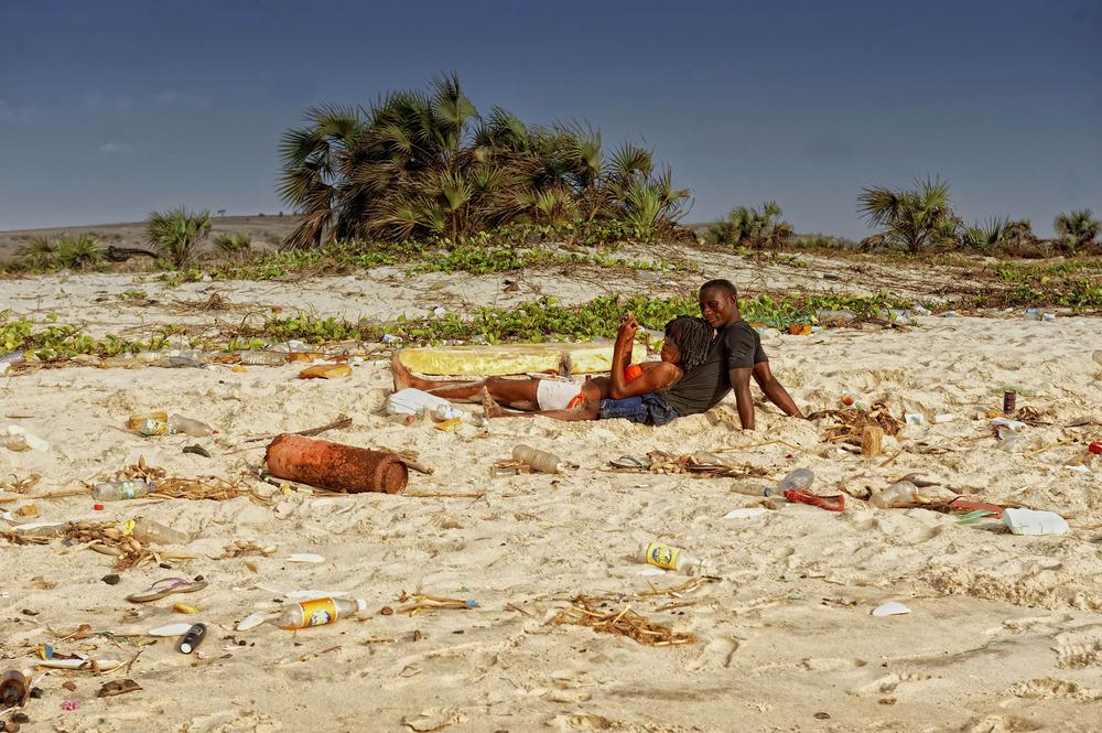 ANGOLA RENACE: Amor en la playa