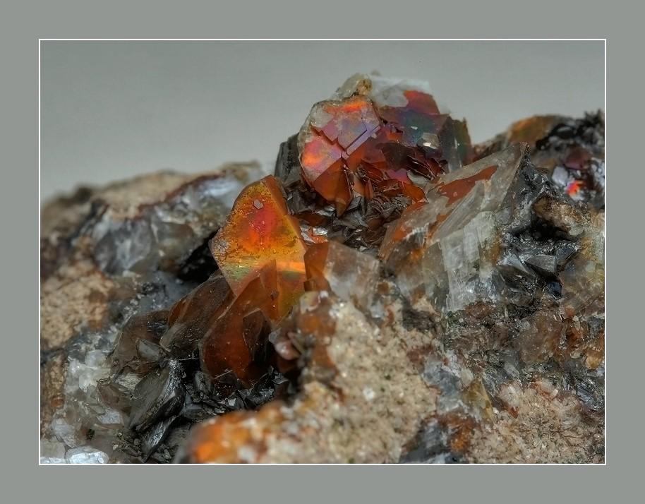 Anlauffarben auf Calcitkristallen...