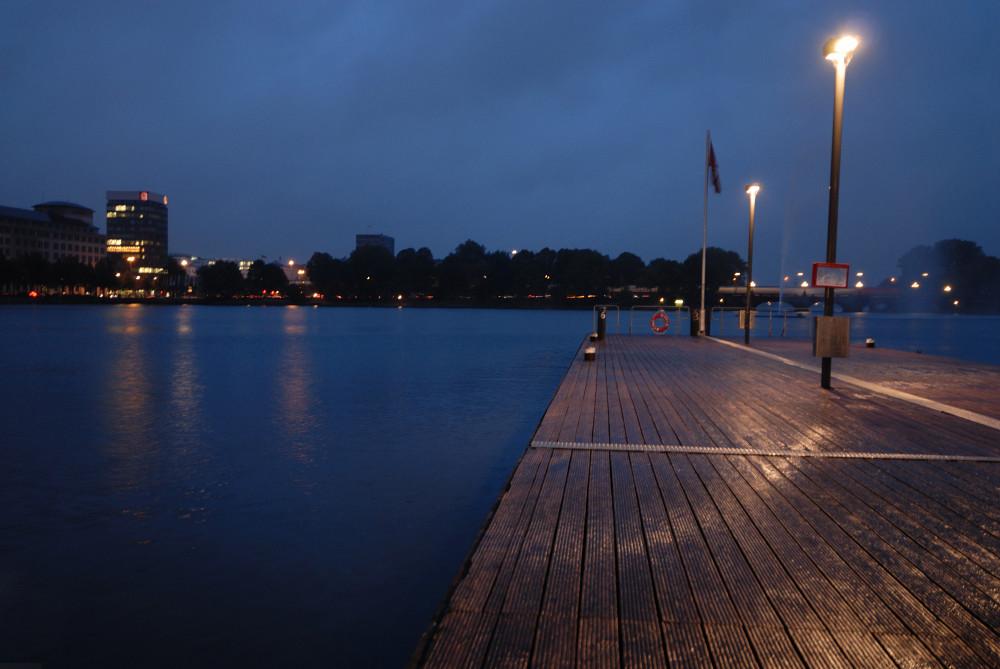 Anlegesteg im Regen + blaue Stunde