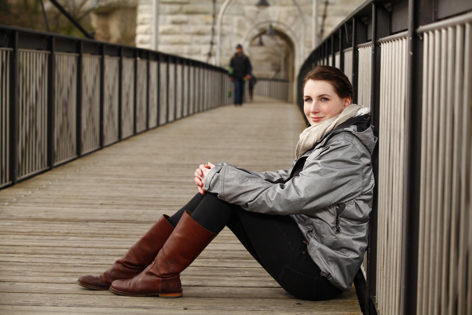 Anna Lisa auf der Brücke relaxed