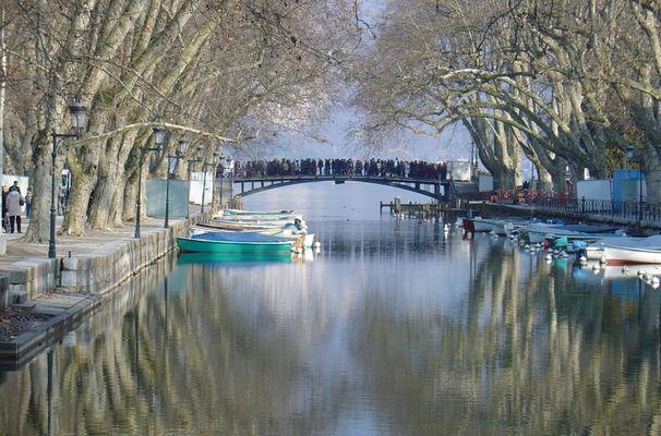 Annecy le pont des amours surchargé par le carnaval vénitien
