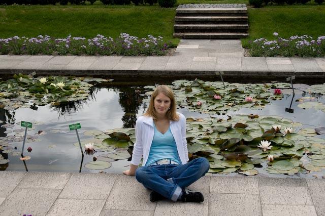 Annika im Botanischen Garten