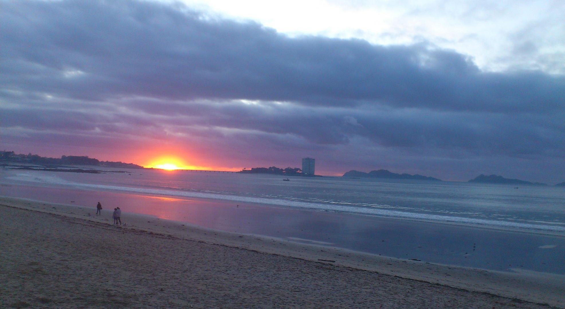 anochece en la playa