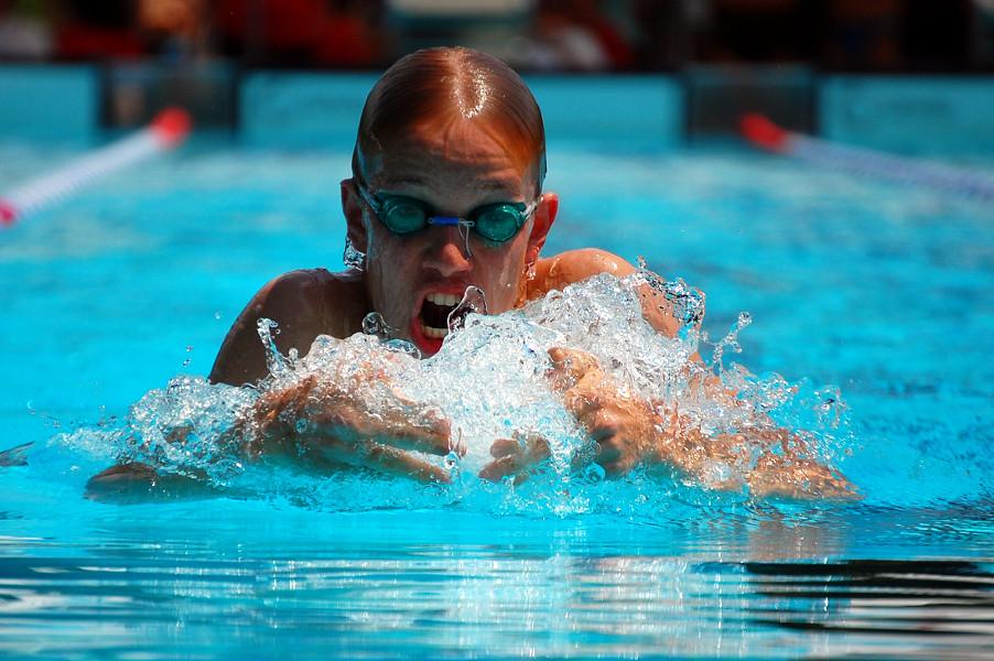 Anstrengung beim Brustschwimmen