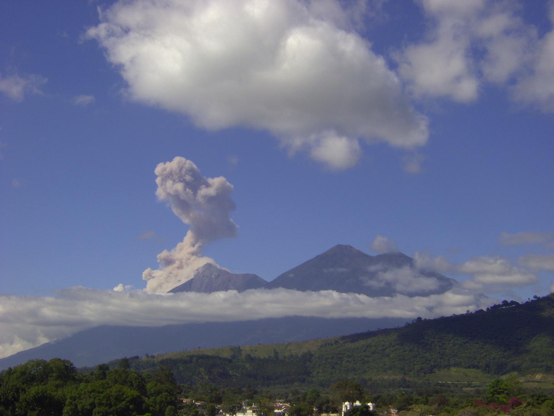 Antigua mit Vulkan Fuego