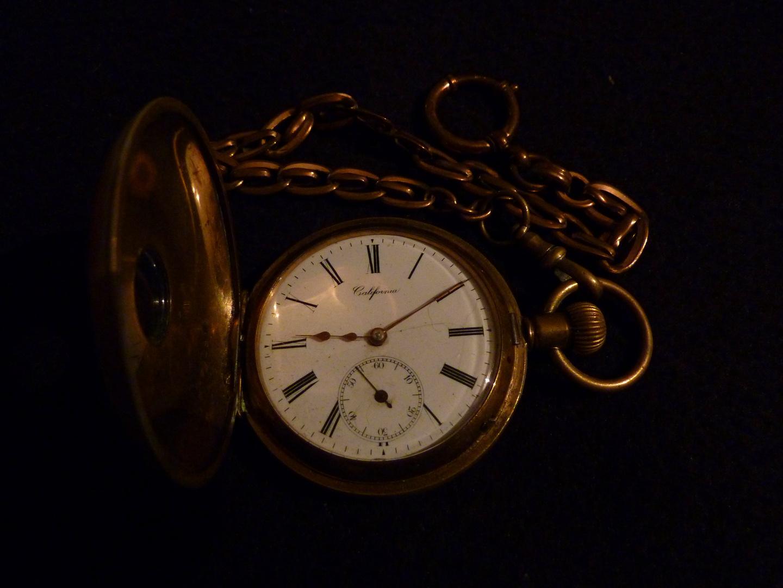 Antike taschenuhr  Antike Taschenuhr mit Sprungdeckel und Kette, California Foto ...
