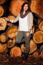 Antonia vor dem Holzstapel .. .. ..