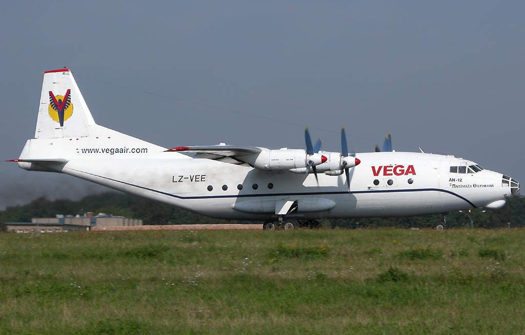 Antonov 12 der Vega Air