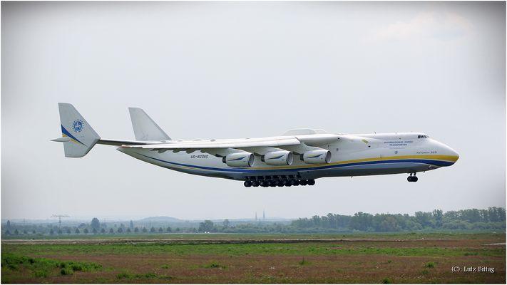 Antonov 225 - gleich setzt sie auf