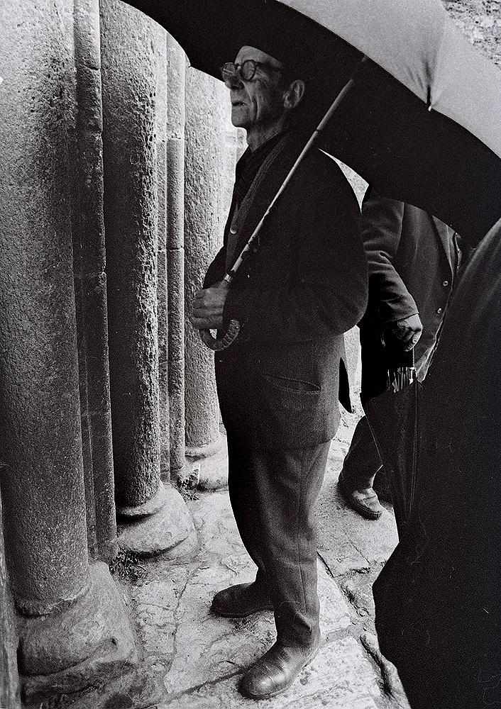 Año 1.964-Esperando a la salida de misa.
