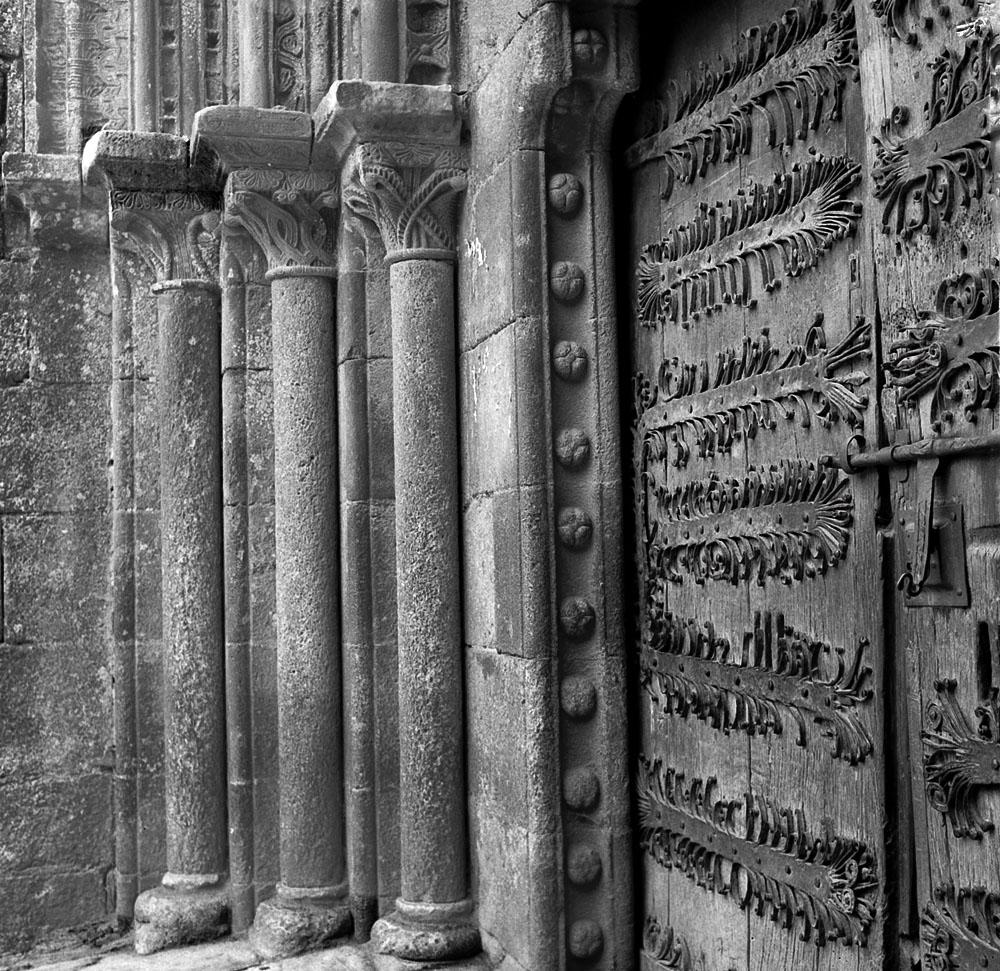 Año 1.964. Puerta iglesia de Castroverde