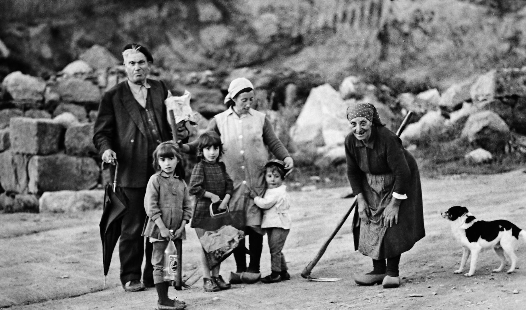 Año 1.968 - FAMILIA CON PERRO