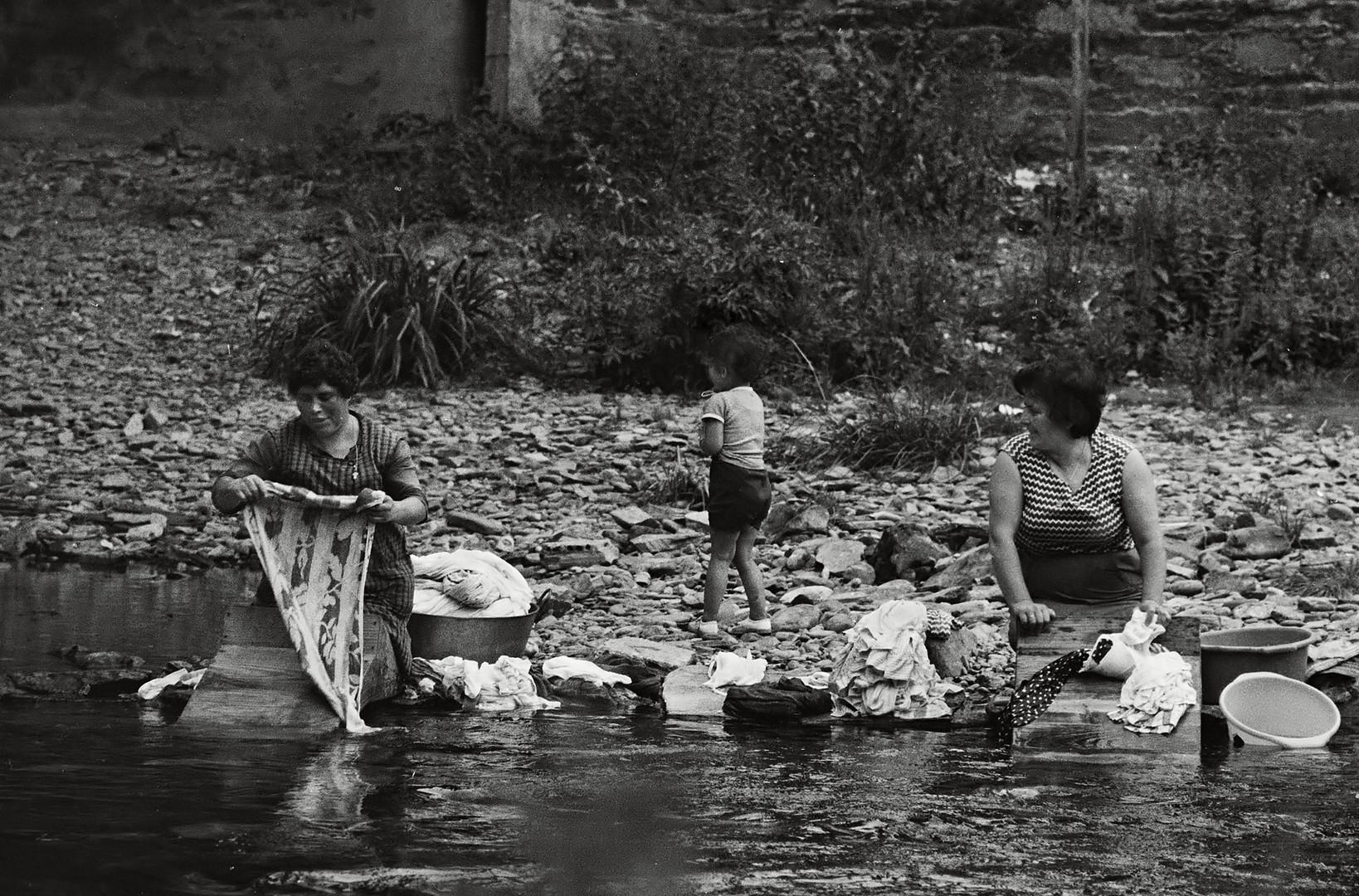 Año 1.970 - LAVANDERAS EN EL RIO MIÑO
