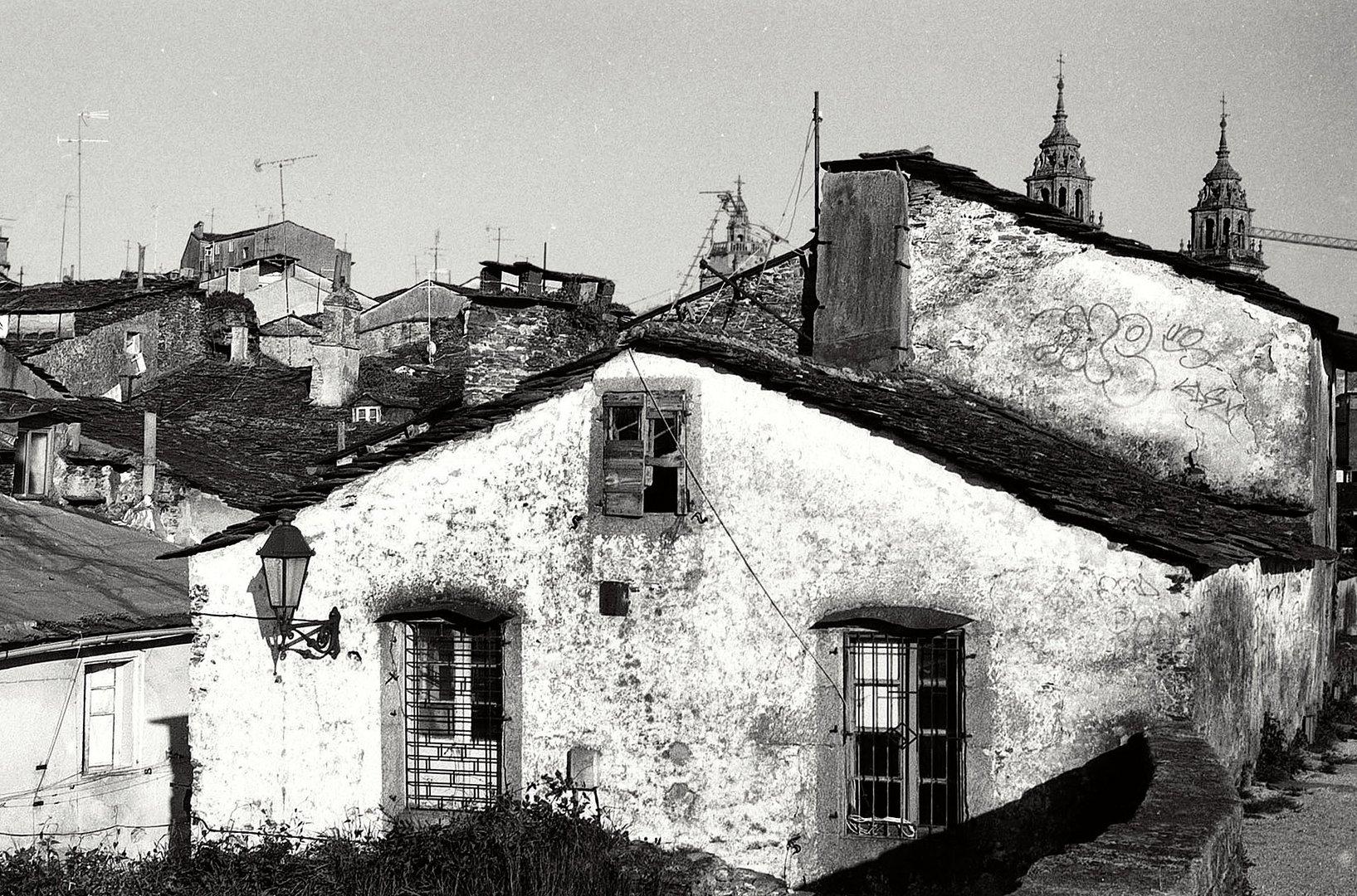 Año 1.980-VIEJAS CASAS (Desde la muralla lucense)