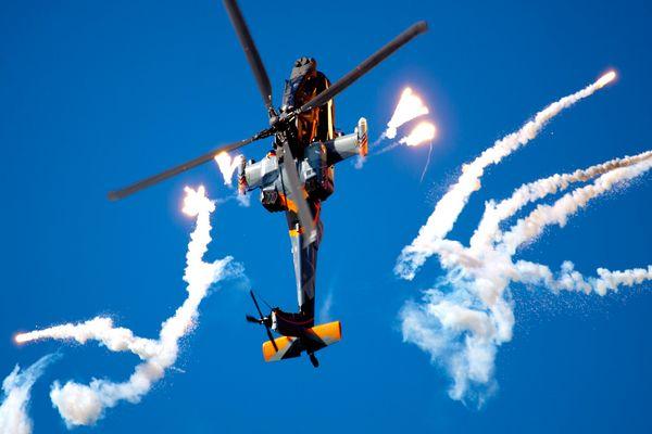 Apache schießt Flares ab