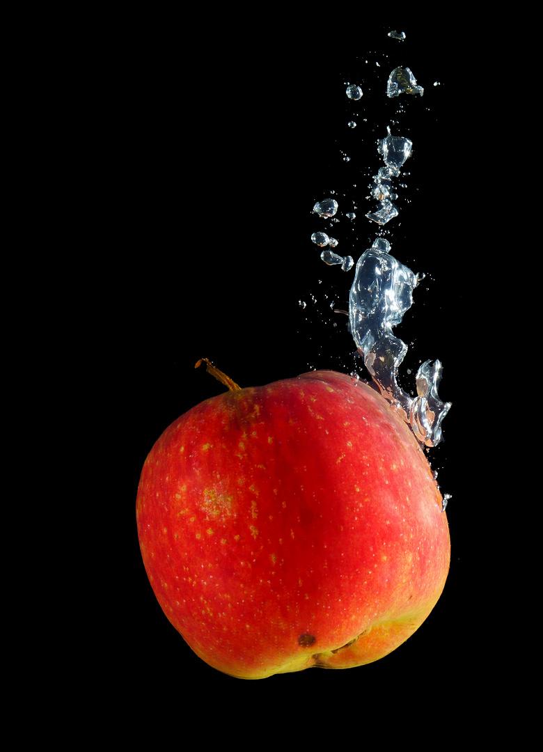Apfel im Wasser 2