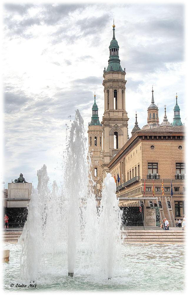Apuntando al cielo - Plaza del Pilar - Zaragoza.