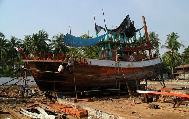 Arbeit am Boot (Thailand, Samut Songkhram)