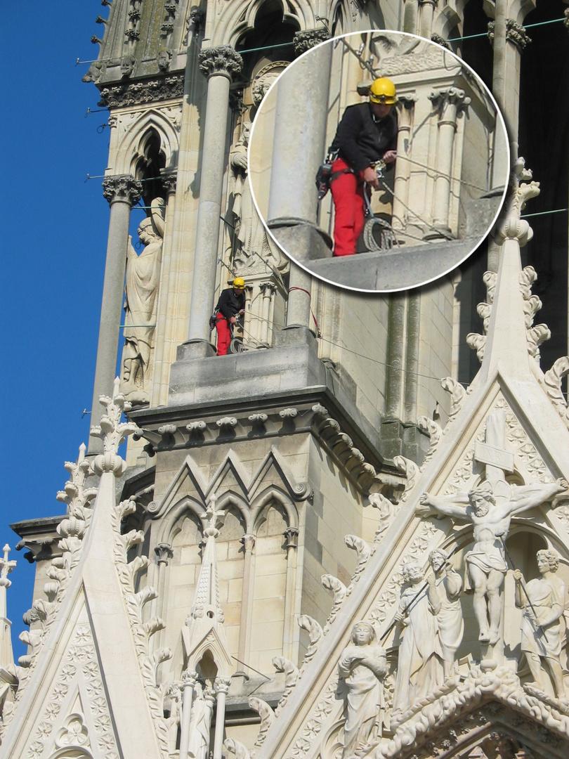 Arbeiter in Kletterausrüstung