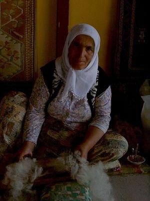 Arbeiterin bei einem Teppichwirker in der Türkei